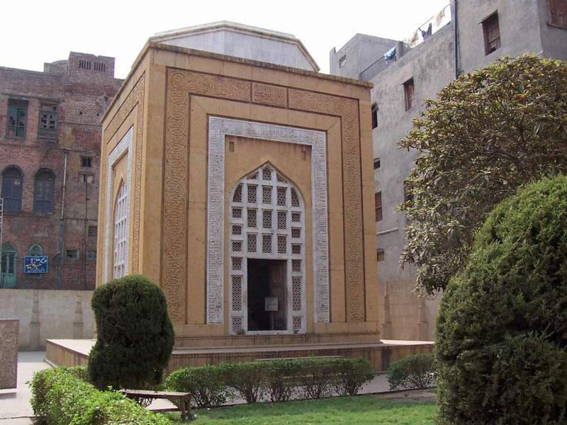 Qutb-ud-Din_Aibak_Tomb